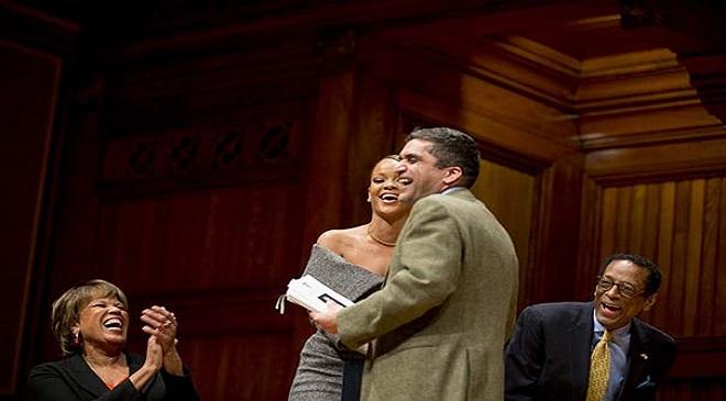 गायिका रिहाना और भारतीय मूल के हार्वर्ड के डीन राकेश खुराना