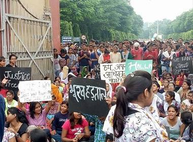BHU Protest girl students lathi charge